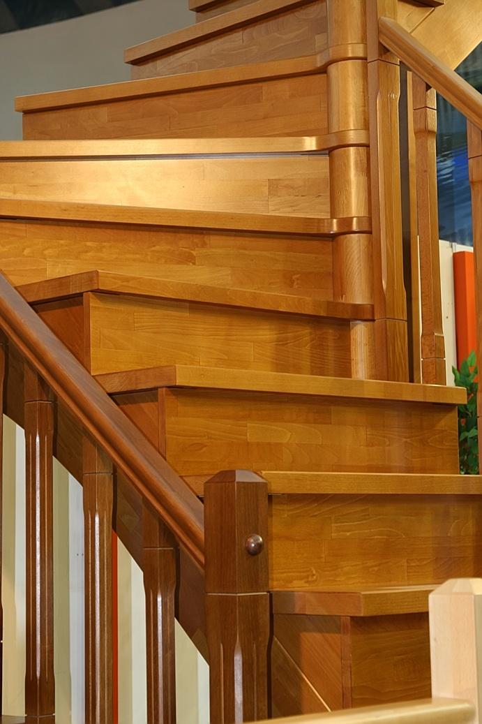 Rivestimenti per scale in legno gradini pianerottoli for Coprigradini per scale in legno