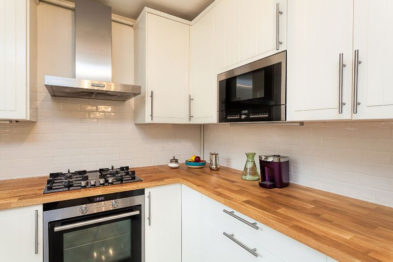 Piano cucina in legno lamellare massello - Cucine in legno grezzo ...