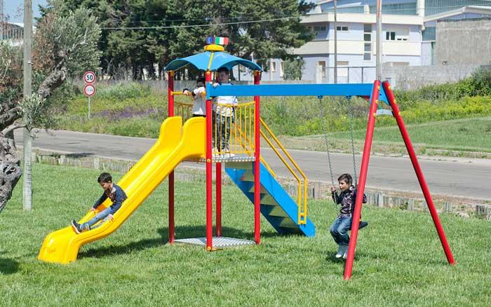 Parco Giochi Classico Con Scivolo E Altalena