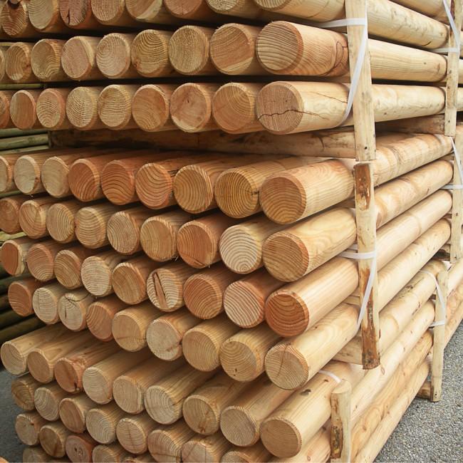 staccionata in legno di larice a pali tondi esterni On pali in larice scortecciati